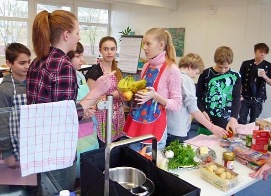 """""""Leckeres für die Party – Fingerfood, Snacks und Cocktails"""" hieß es für die Jugendlichen beim Koch-Workshop in Bretten."""